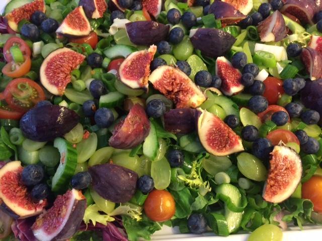 Grøn salat med figner, vindruer og blåbær