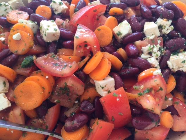 fyldig salat med tomater, bønner og feta
